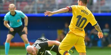 VIDEO  - Kiper Eibar Patahkan Gocekan Messi dengan Satu Tangan