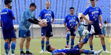 Komentar Kiper Persib Bandung soal Disuruh Sang Pelatih Maju Sampai Tengah Lapangan