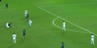 VIDEO - Lionel Messi Gocek Pemain Uruguay dalam Posisi Jatuh