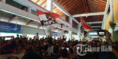 Ratusan Suporter Bali United Serbu Bandara I Gusti Ngurah Rai