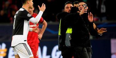 Begini Reaksi Kesal Cristiano Ronaldo Saat Fan Tiba-tiba Merangkulnya