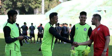 Arema FC Berlimpah Penjaga Gawang, Pelatih: Masih Butuh Satu Lagi
