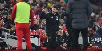 Adu Mulut Michael Carrick dengan Fan Liverpool dalam Laga di Anfield