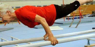 Pecahkan Rekor Dunia! Nenek ini Jadi Atlet Gymnastic Tertua