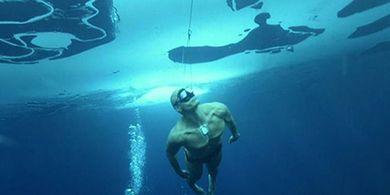 Tanpa Perlengkapan, Atlet ini Menyelam di Air yang Sangat Dingin