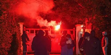 Sekelompok Orang yang Mengaku Fan Man United Menyerang Rumah Ed Woodward