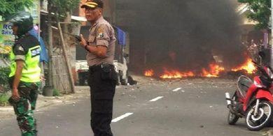 VIDEO - Kerusuhan Bonek dan Aremania di Blitar, 7 Motor Terbakar