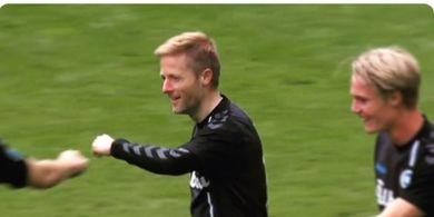 Sudah Pensiun 5 Tahun, Asisten Pelatih Klub Denmark Cetak Gol Keren di Usia 40