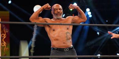 VIDEO - Mike Tyson Hampir Menerbangkan Kepala Pelatihnya dalam Latihan Jelang Duel Melawan Roy Jones Jr