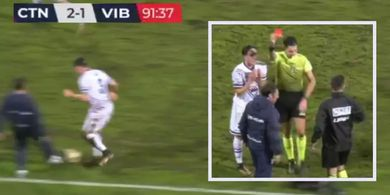 Seperti Mourinho, Pelatih Tim Italia Ini Masuk Lapangan dan Tekel Pemain Lawan