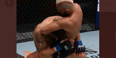 Hasil UFC 255 - Mencekik sambil Digendong, Deiveson Figueiredo Pertahankan Gelar