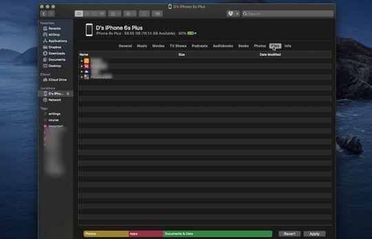 Tampilan Finder saat iPhone dihubungkan ke macOS Catalina