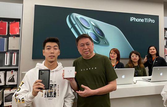 Pembeli pertama iPhone 11 Pro, Vinza, bersama CEO Erajaya, Hasan Aula