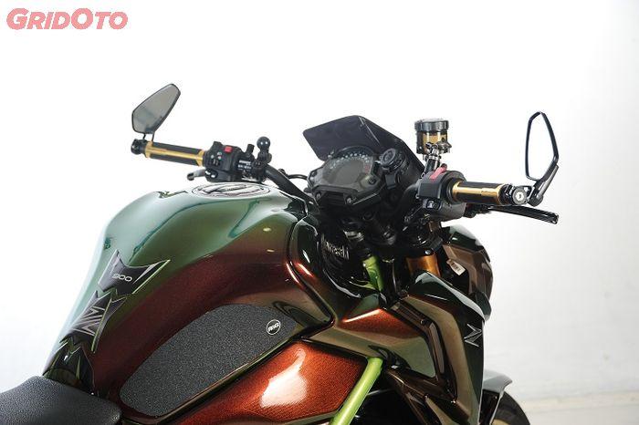 Warna bunglon di tangki berubah-ubah sesuai sudut dan cahaya, senada dengan warna frame Z900