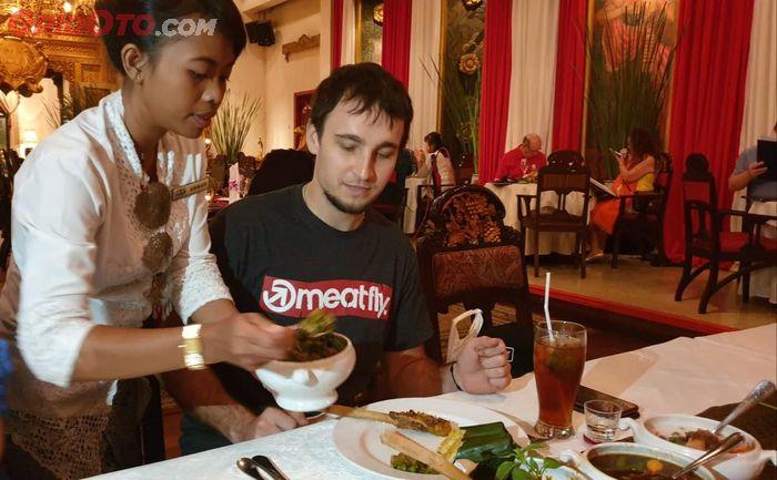 Karel Abraham menikmati santapan khas Indonesia