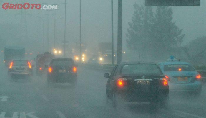 Mengemudi mobil saat hujan deras