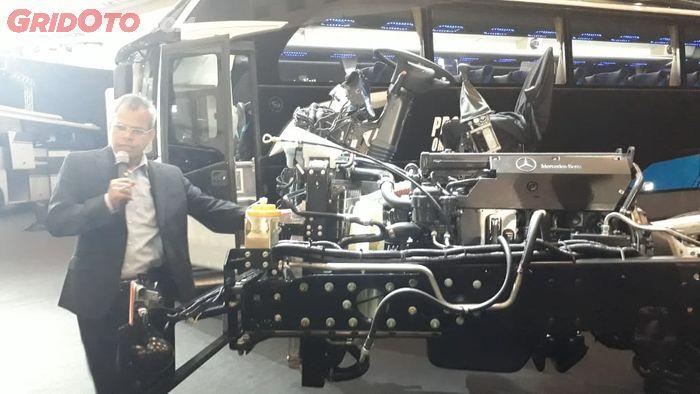Adri Budiman, Head of Bus DVCI saat menjelaskan varian bus terbaru dari Mercedes-Benz
