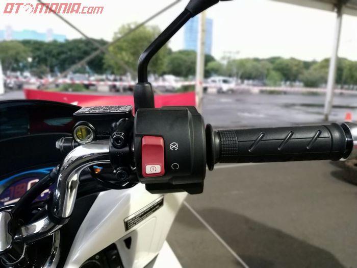 Tombol untuk menyalakan Honda PCX Electric