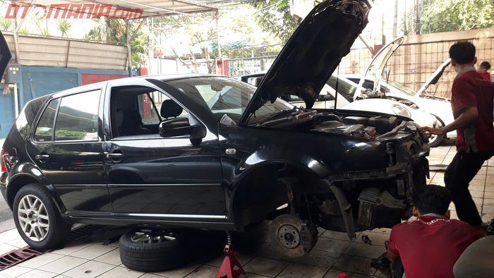 VW Polo yang sedang diperbaiki di bengkel Quatro, Jakarta Selatan