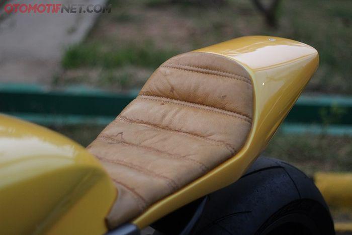 Jok pastinya single seater yang ternyata dibalut kulit sapi