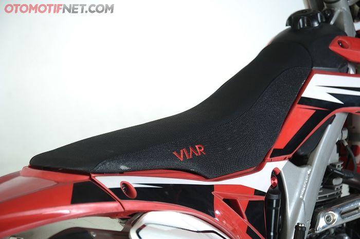 Desain jok khas motor garuk tanah, kulitnya dengan logo Viar