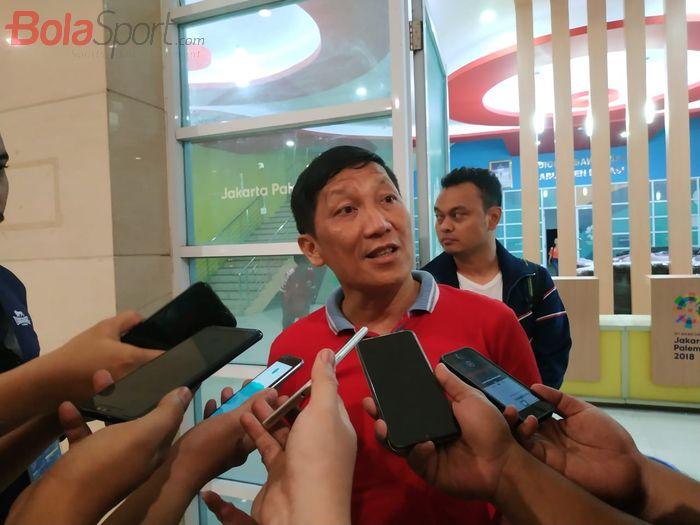 CEO Persija Jakarta, Ferry Paulus menjawab pertanyaan wartawan di Stadion Wibawa Mukti, Cikarang, Minggu (5/5/2019).