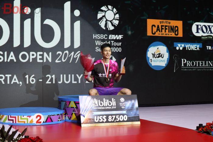 Pebulu tangkis tunggal putra Taiwan, Chou Tien Chen, berpose setelah memastikan gelar Indonesia Open 2019 di Istora Senayan, Jakarta, Minggu (21/7/2019).