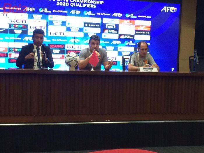 Pelatih timnas U-16 China, Antonio Puche Vicente, saat jumpa pers pascalaga kontra timnas U-16 Indonesia pada laga Pamungkas Kualifikasi Piala Asia U-16 2020 di SUGBK, Jakarta, Minggu (22/9/2019).