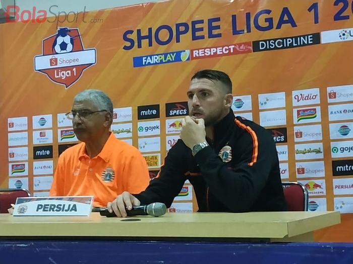 Pelatih dan pemain Persija Jakarta, Edson Tavares serta Marko Simic saat memberikan keterangan pers seusai laga kontra Borneo FC, Senin (11/11/2019).