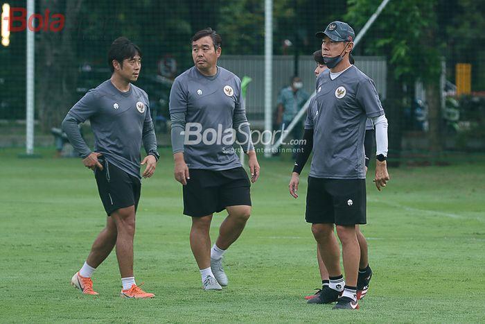 Shin Tae-yong bersama tim pelatih timnas U-22 Indonesia sedang memantau para pemainnya di Lapangan D, Senayan, Jakarta, 10 Februari 2021.