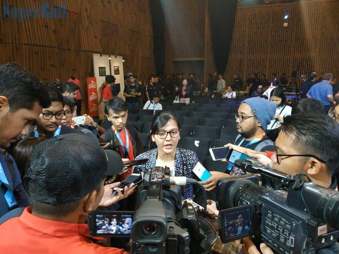 Sekjen PSSI, Ratu Tisha Destria, menjawab pertanyaan wartawan di SCTV, Jakarta, Senin (13/5/2019).