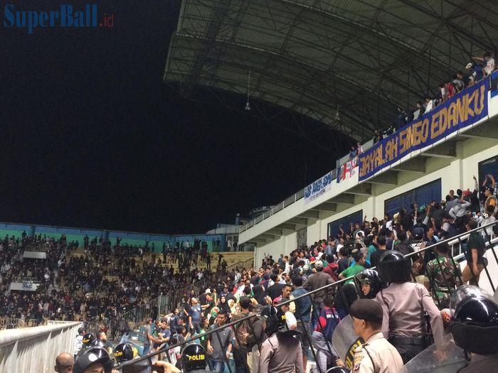 Kericuhan di tribune penonton sempat terjadi sebelum laga PSS Sleman menjamu Arema FC dalam laga pembukaan Liga 1 2019 di Stadion Maguwoharjo, Rabu (15/5/2019) malam.