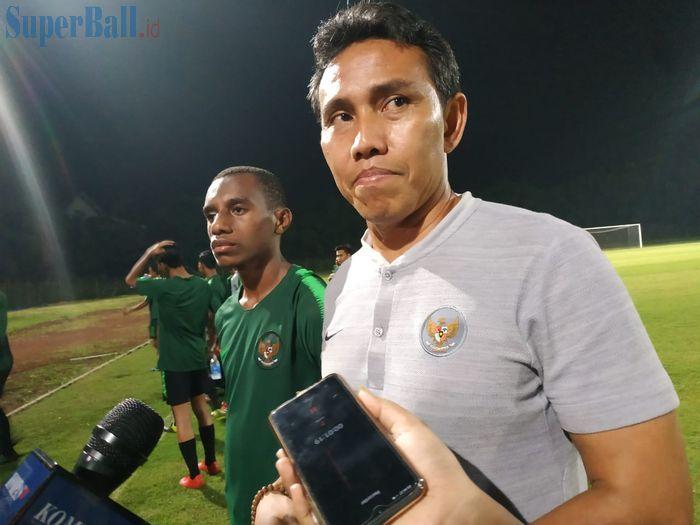 Pemain dan pelatih timnas U-16 Indonesia, Alexandro Felix Kamuru serta Bima Sakti seusai laga uji coba di Stadion Pajajaran, Bogor, Sabtu (25/5/2019).