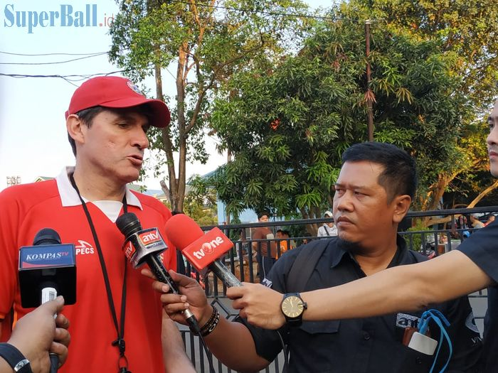 Pelatih Persija Jakarta, Julio Banuelos di Lapangan PSAU TNI AU, Jakarta Timur, Rabu (24/7/2019).
