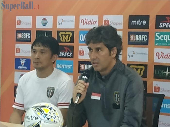 Pemain dan pelatih Bali United, Michael Orah serta Stefano Cugurra saat memberikan keterangan pers pasca laga kontra Tira Persikabo, Kamis (15/8/2019).