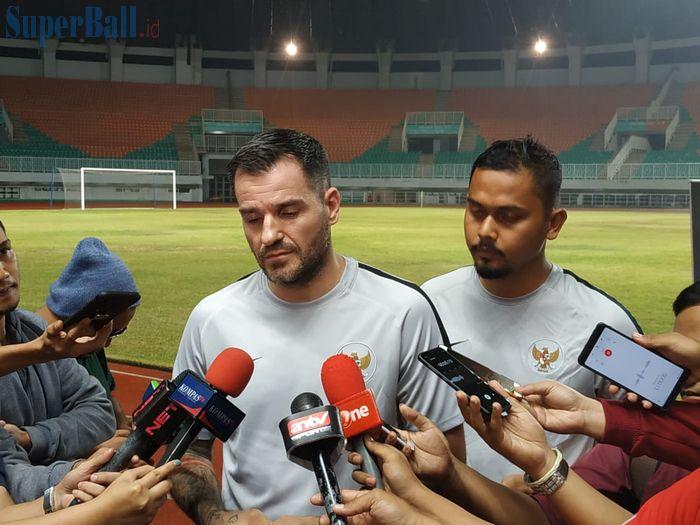 Pelatih timnas Indonesia, Simon McMenemy di Stadion Pakansari Kabupaten Bogor, Kamis (22/8/2019).