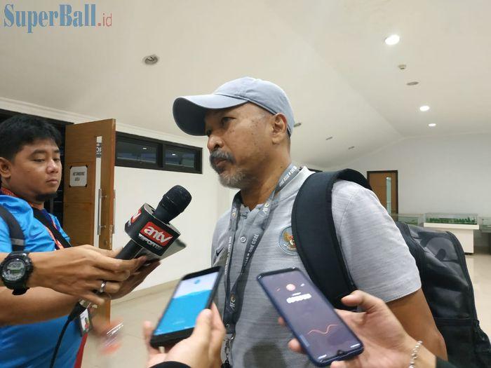 Pelatih timnas U-19 Indonesia, Fakhri Husaini menjawab pertanyaan wartawan, di Stadion Pakansari, Kabupaten Bogor, Rabu (2/10/2019).