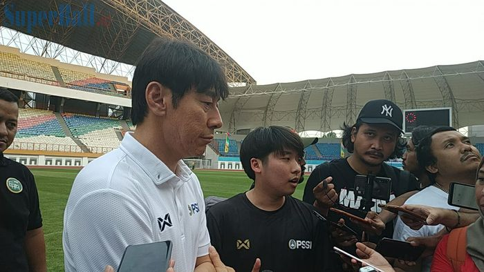 Pelatih timnas Indonesia, Shin Tae-yong menjawab pertanyaan wartawan di Stadion Wibawa Mukti, Cikarang, Senin (13/1/2020).