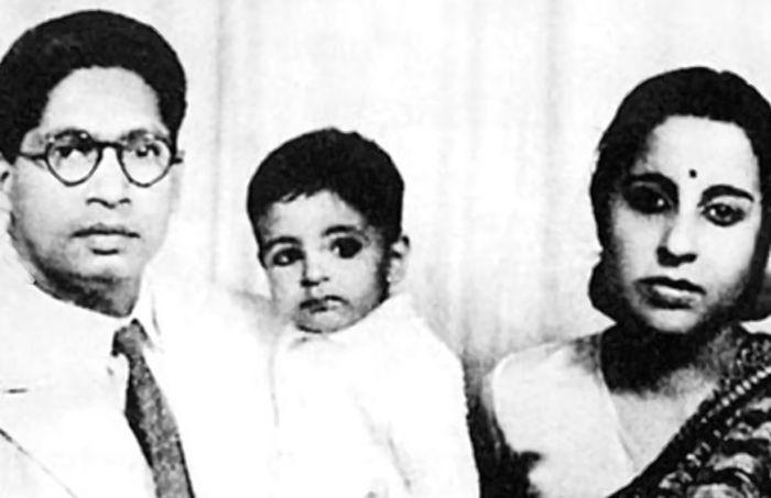 Amitabh Bachchan (tengah) dengan tatapan matanya yang tidak berubah