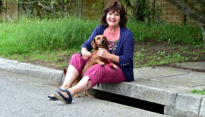 Charmaine Keevy sedang berjalan-jalan dengan anjing, kemudian menemukan bayi.