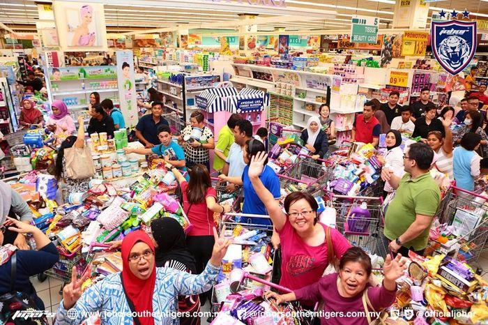 Warga menikmati belanja karena tagihannya dibayar Pangeran Johor.