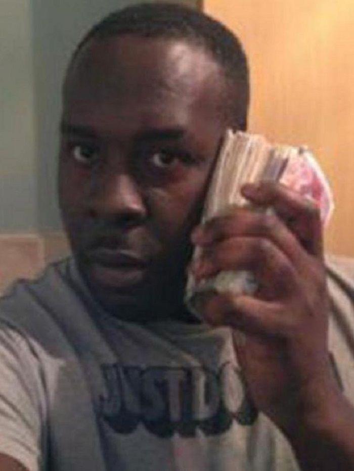 Junior Francis brfoto dengan uangnya.