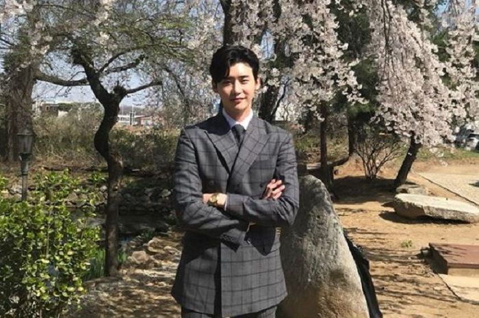 Lee Jong Suk di lokasi syuting Hymn of Death
