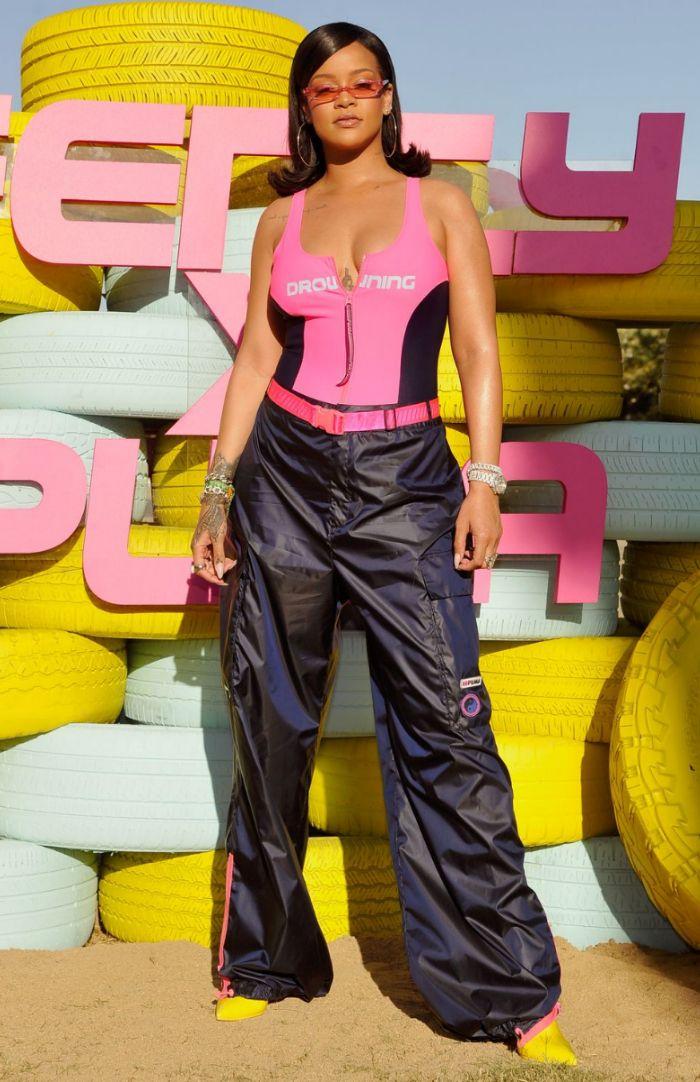 Rihanna mengenakan busana yang sporty, dengan sentuhan warna pink yang feminin