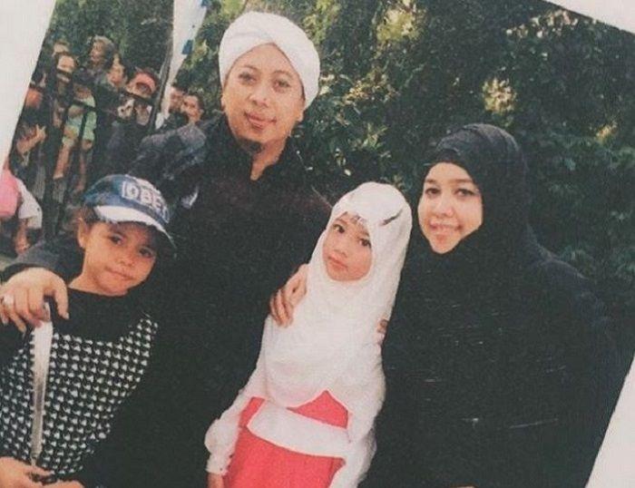 Opick dan istri pertamanya, Dian Rositaningrum, bersama salah satu anak mereka, Ghaniya Salma (berba