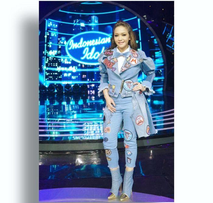 Maia Estianty tampil dengan celana jins yang bagian ujungnya memiliki aksen frayed