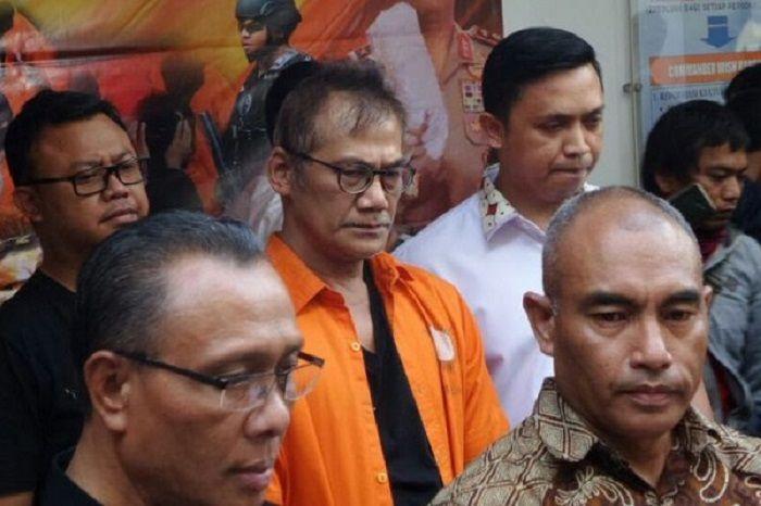 Tio Pakusadewo saat dihadirkan dalam jumpa pers Dit Resnarkoba Polda Metro Jaya, Jumat (22/12/2017).