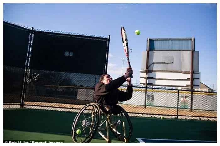 Mr Burton saat olahraga tenis