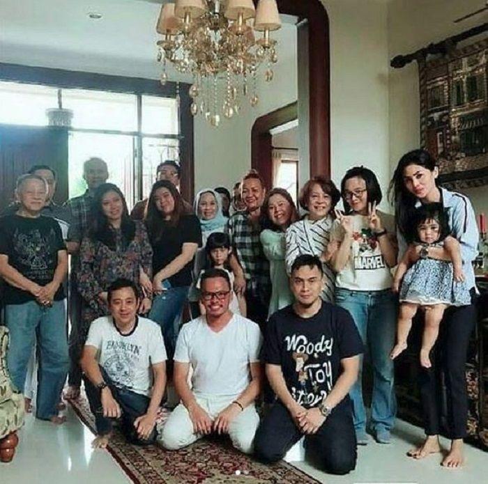 Foto keluarga Faisal Harris dengan ibu Jennifer Dunn