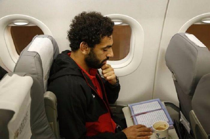 Salah membaca Al-Qur'an dalam perjalannya di pesawat terbang